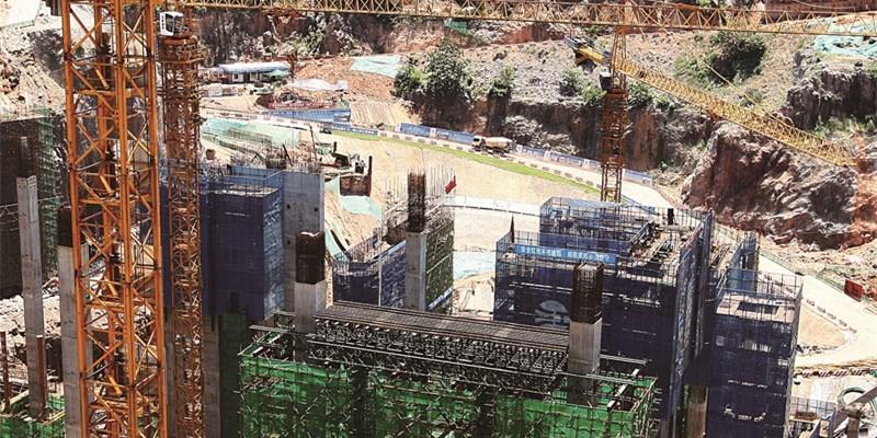 长沙冰雪世界架设第一片梁 项目进入平台施工阶段