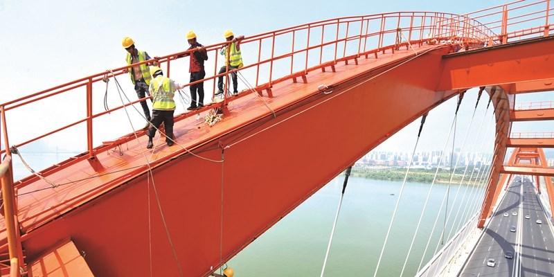 长沙市福元路大桥钢拱内侧亮化预计8月中旬全部完工