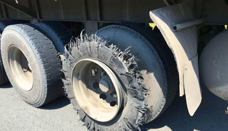 惊!货车无轮胎也敢在高速上行驶