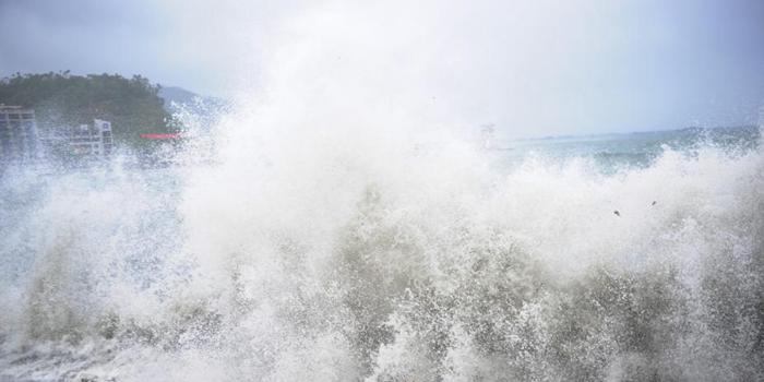 """台风""""妮妲""""袭击深圳 海边掀数米的巨浪"""