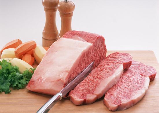 猪肉是国人饮食中不可或缺的一部分。中国是世界上最大的猪肉生产国和消费国,曾有人戏言,中国人吃掉了全世界一半的猪。如此巨大的猪肉消费量,引起了一些营养专家对人们健康的担忧。 猪肉走上餐桌已千年  国人对猪肉的消费历史由来已久。中国农业大学动物科技学院教授王楚端介绍说,中华文明五千年历史,也可以说是人类驯化猪、吃猪肉的历史。据记载,早在先秦时代,中国就有蓄养六畜的传统。六畜中,除马以外,牛、羊、猪、狗、鸡都是可以摆上餐桌的美食。王楚端认为,现代人对猪肉的依赖,很大程度上来源于传统文化的延续。比如,相
