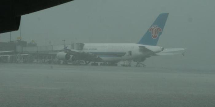 成都机场遭遇雷雨两度关闭 130个航班延误