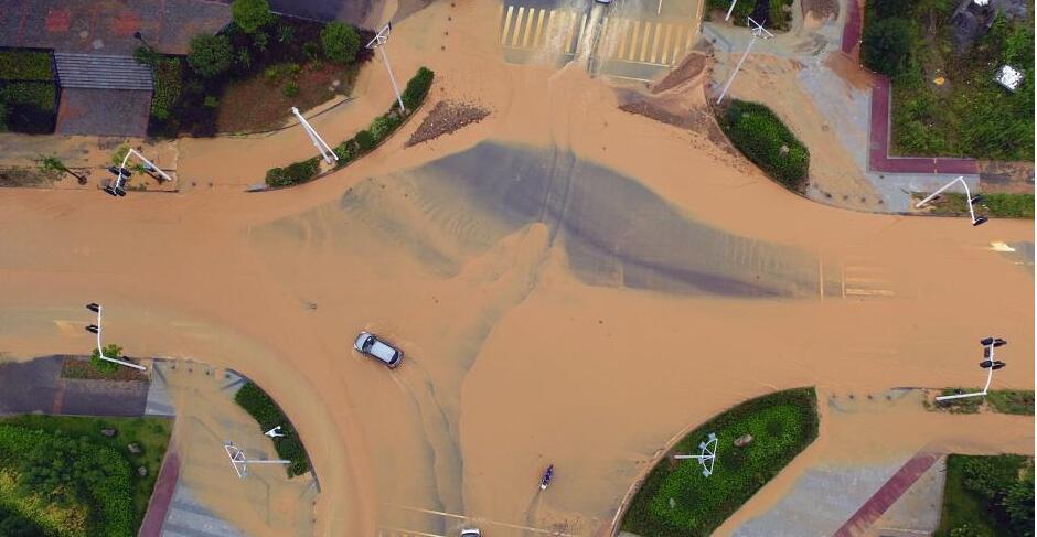 航拍湖北宜昌遭暴雨袭击 公路成