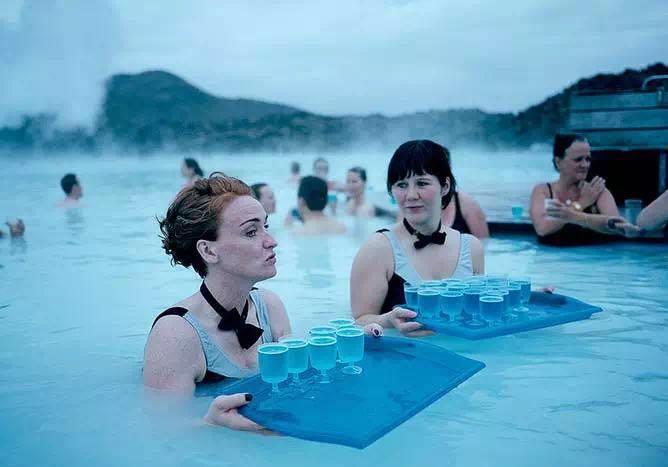 尽管冰岛纬度较高气候寒冷,仍然培养出了一些游泳好手。本届派出8名运动员参赛,其中就有游泳项目。游泳堪称冰岛的全民运动,山谷里都能建起来游泳池,天气虽冷,游两圈就暖和了。 在冰岛,你很难找到一个没有公共游泳池的城镇。游泳是一种良好的全身运动,有益血管健康,但冰岛人喜好游泳的原因却不止于此。 对冰岛人来说,游泳不只是种运动,也是一种通行的社交方式。贝克菲尔德认为,冰岛人给游泳赋予了一种新的含义,即游泳让我们在一起。 研究证实,拥有令人满意的、紧密的社会联系,会让人更快乐、更健康,也更长寿。 游泳是很好的全