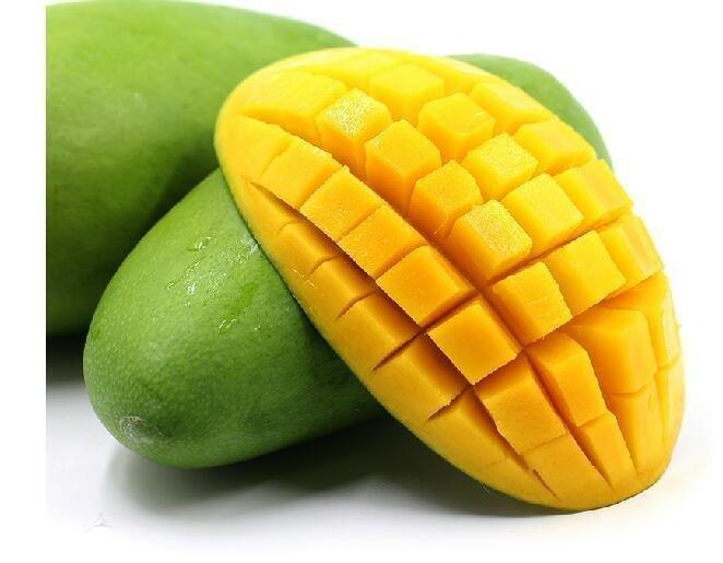 先把芒果洗干净然后立着放在案板上,即让果核与案板呈垂直状,然后以果核为中心,在果核右边切一刀,芒果被分为两部分。 按照同样的切法在果核的左边切一刀,芒果被分为三部分了。 取芒果的左右两边果肉,在果肉上划格子,但是注意不要切到皮。 把划好格子的芒果拿在手上,手指抵住芒果皮往上顶,这样芒果就被翻成一朵花的样子了,装盘端上桌。 那么,想要催熟青芒果应该怎么做呢?