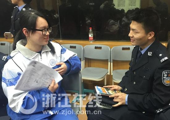"""杭州警察为G20峰会突击学英语 高中生编""""教材""""上课"""