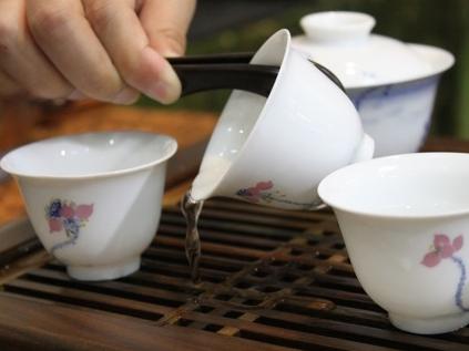 头道茶其实是洗茶的水,应尽快倒出后再冲入开水,这样泡出的茶水才是最
