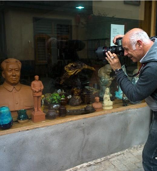 被铜官老街吸引的法国摄影师