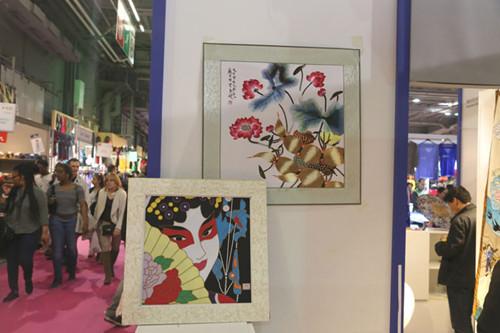 富有特色的作品吸引了众多参观者的目光(法国《欧洲时报》/孔帆
