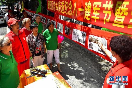 长春:市民自制展板纪念红军长征胜利80周年