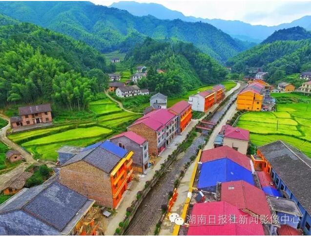 茶陵县火田镇卧龙村,五彩的民居与周围青翠的大山形成鲜明对比