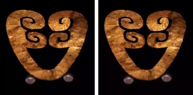 太阳神鸟金饰 黑色绒面背景 衬托着薄如蝉翼的先秦珍品 远古的靡音在每一个形状的转折中 变得沉默与迷蒙 中国文化遗产标志便是金沙遗址出土的太阳神鸟金饰,娴熟精湛的锤揲与切割技术让这件三千年前的金箔精致地如同一件现代剪纸品。四鸟绕日象征着古蜀人对太阳的顶礼膜拜,而另一件蛙形金箔则表现了祭蛙求雨的古老祭祀习俗,因为在中国远古神话传说中,蛙是生殖崇拜和月亮崇拜的代表。 这些来自神秘古国的遗迹充满着想象张力,非凡的技艺之下是古蜀人自然观与世界观的朴素表达,却又有深邃的思想依稀显露,令人着迷。