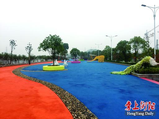 蓝相间的跑道镶嵌在风景如画的风光带中
