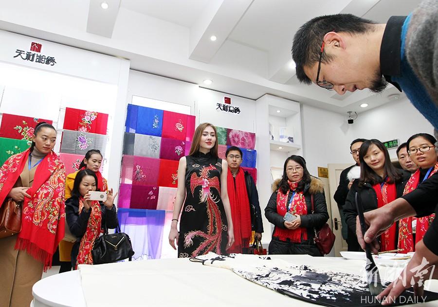 百余名博物馆代表共聚沙坪 领略湘绣文化