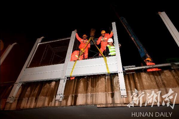 长沙西二环线桥梁开始安装隔音屏 新湖南www.hunanabc.com