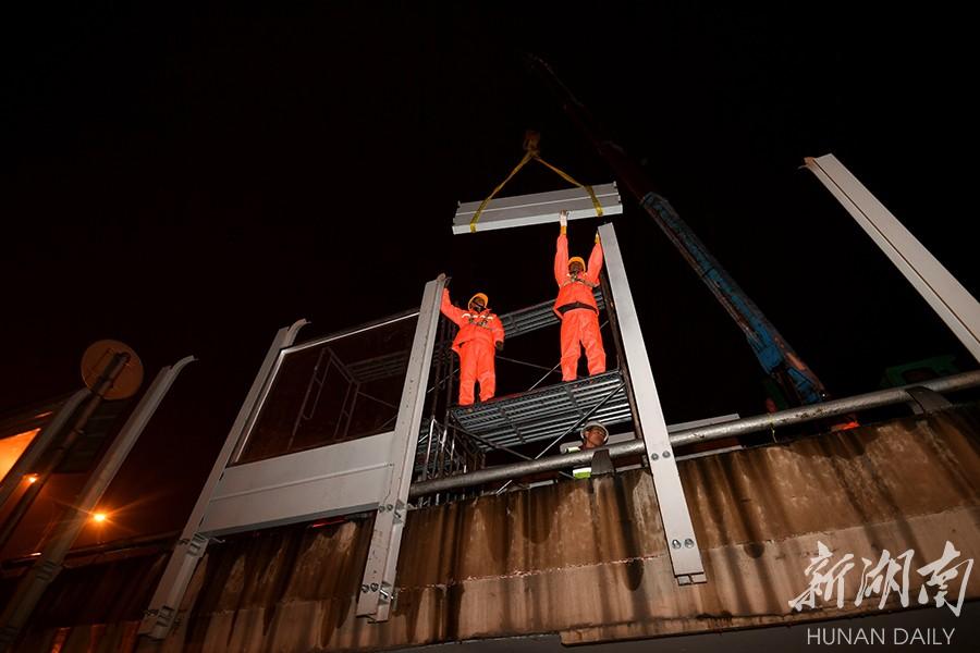 长沙西二环线桥梁进入安装隔音屏屏体阶段