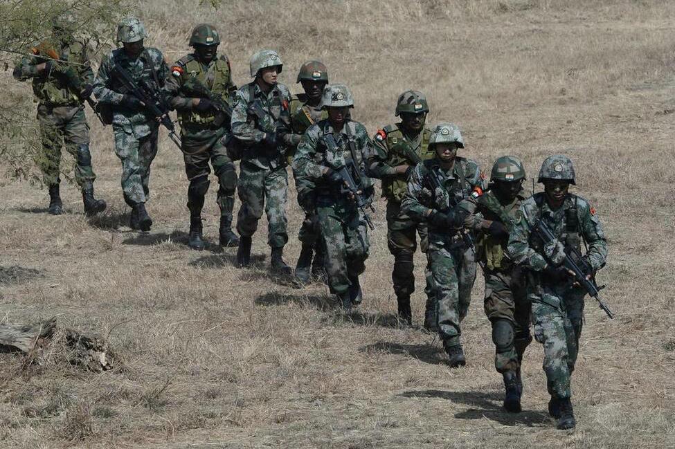 各使当家武器 中印陆军混编反恐训练