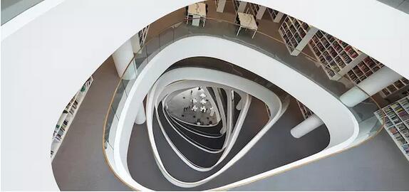 几何状堆叠效果的设计,与 2015 年建成的丹麦   dokk1 多媒体图书馆和