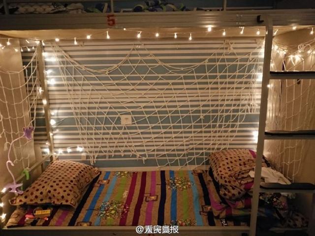 一高校男生寝室布置彩灯,梦幻似童话