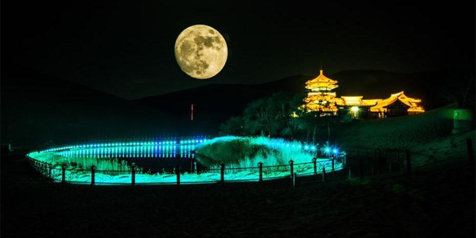 """甘肃敦煌鸣沙山现""""超级大月亮"""""""