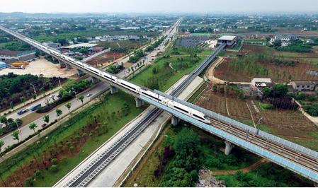 高铁列车在横跨长沙磁浮快线轨道的沪昆高铁轨道上行驶 李尕摄
