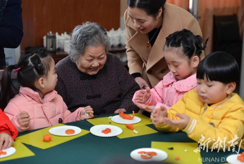 长沙某幼儿园爱心送到福利院 老人孩子齐欢乐
