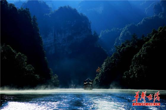 图● 张家界宝峰湖:船在画中游 妙手绘丹青