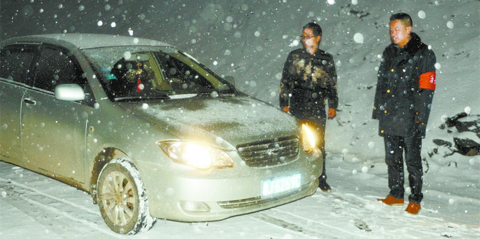 常德石门交通安全劝导员协助交警雪中执勤