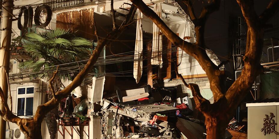 上海杨浦区一幢四层楼房外立面坍塌