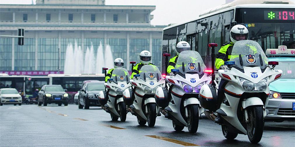 春运临近 长沙市交警火车站周边巡逻保畅安