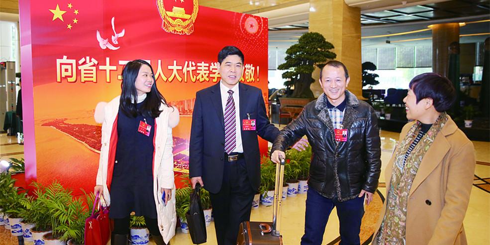 湖南700多名省人大代表抵长报到