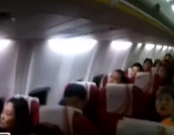 女子飞机上拒关机:我上过大学 知道啥叫法律