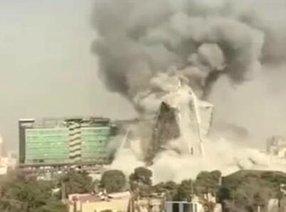 实拍伊朗一高层建筑起火倒塌 倒地瞬间浓烟滚滚