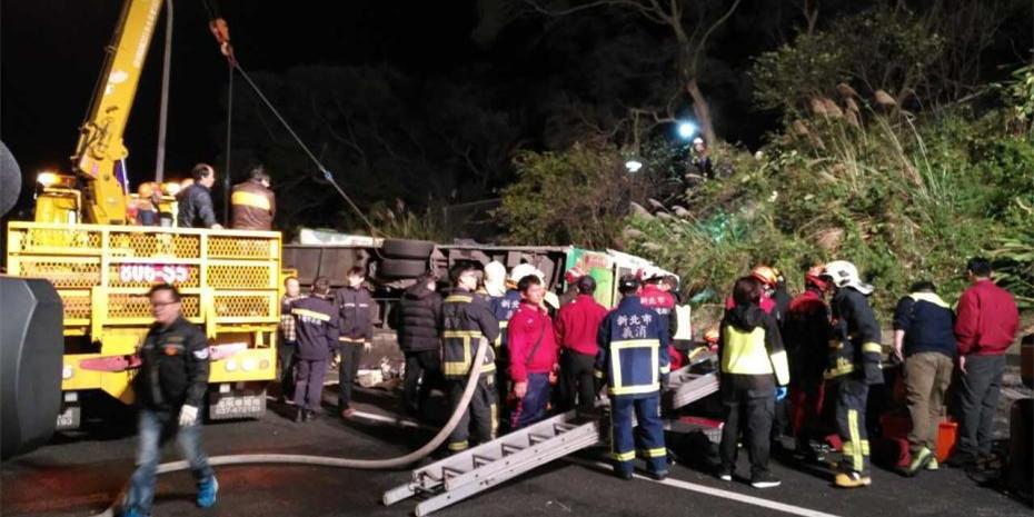 台湾一辆游览车发生翻车事故 数十人死伤