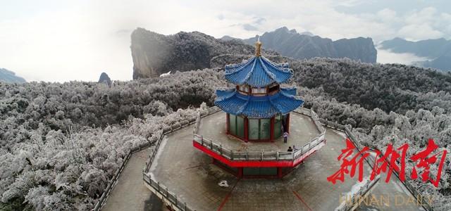 2月22日,受大幅降温天气影响,张家界天门山风景区出现雾凇景观,如诗