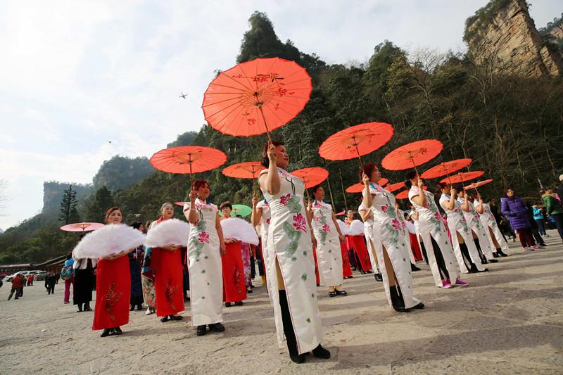 当日,湖南张家界武陵源风景区举行旗袍秀活动,百余名旗袍爱好者身着