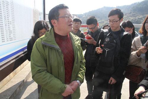 武陵源区扶贫干部李冰向媒体团讲解杨家坪村脱贫攻坚路线。