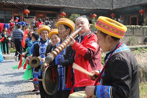 永定区王家坪镇的农家乐里,土家族人在为游客进行民俗演出。