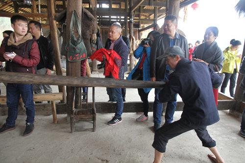 慈利县禾田居山谷里,当地老人正在演示土家族古老的榨油法。