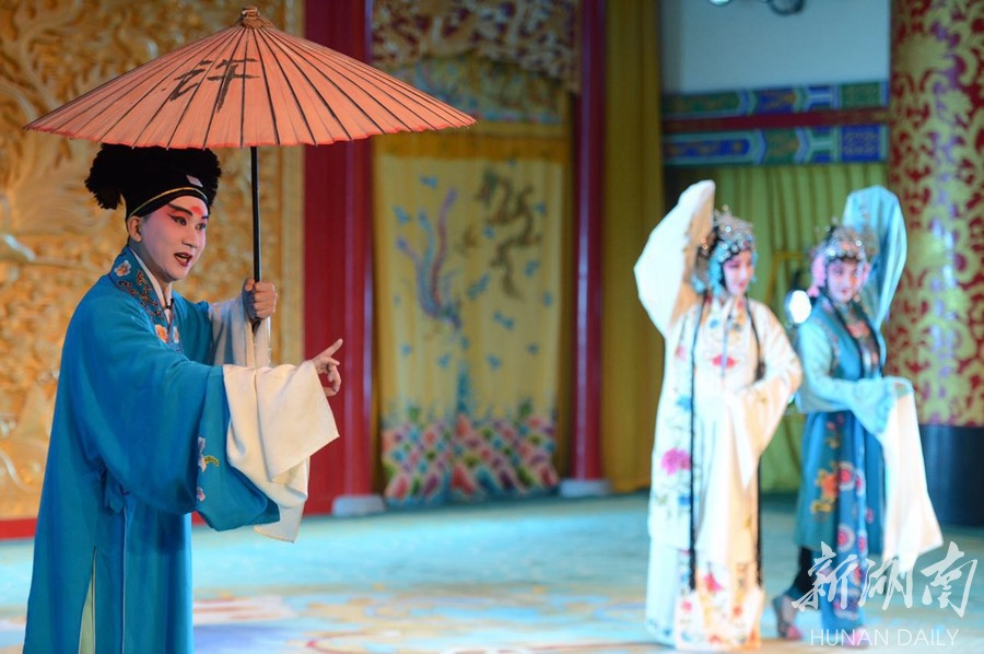 3月5日,省京剧保护传承中心剧院内,演员为观众表演京剧《白蛇传·游湖