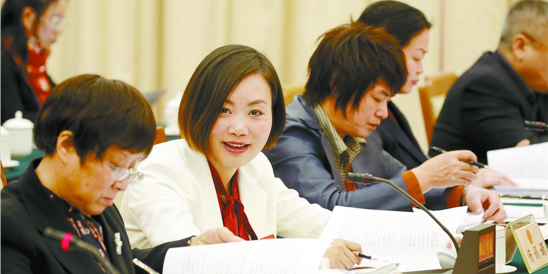湖南代表团代表认真审议政府工作报告