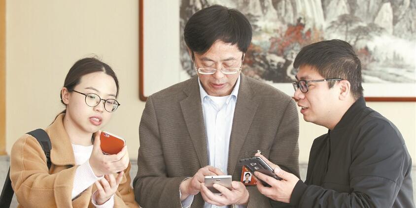 【镜采全国两会】媒体记者推广新湖南APP