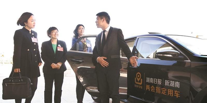湖南代表团代表来到湖南日报演播室 接受联合采访
