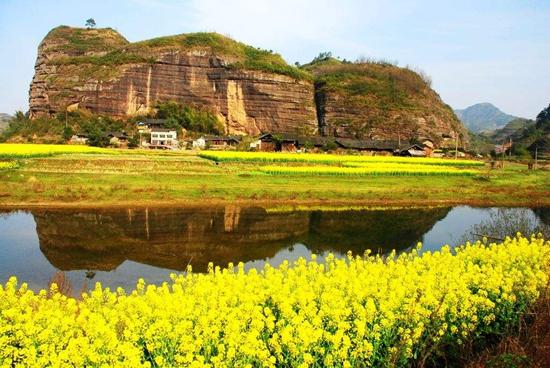 思蒙丹霞风景区位于湖南省怀化市溆浦县,凭借着罕见的景色,使其