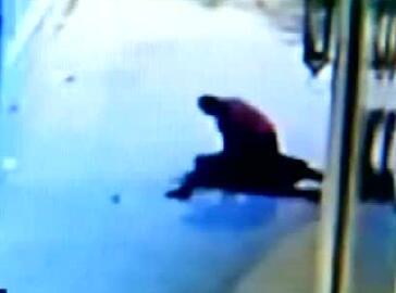 女子深夜下班遭抢劫:从背后锁喉掐晕骑身暴打