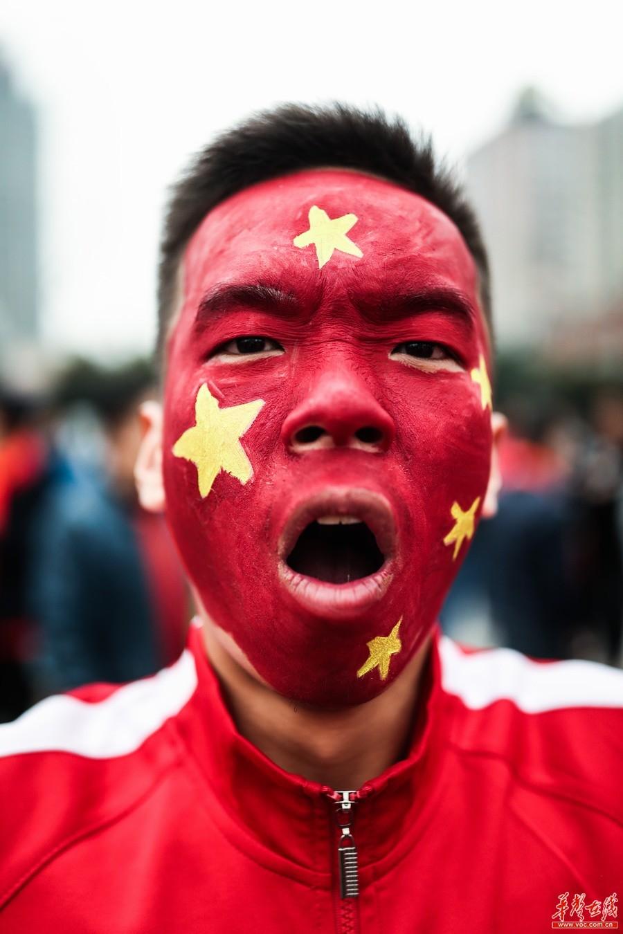 2018世亚预赛:中国男足VS韩国 球迷抵达场外