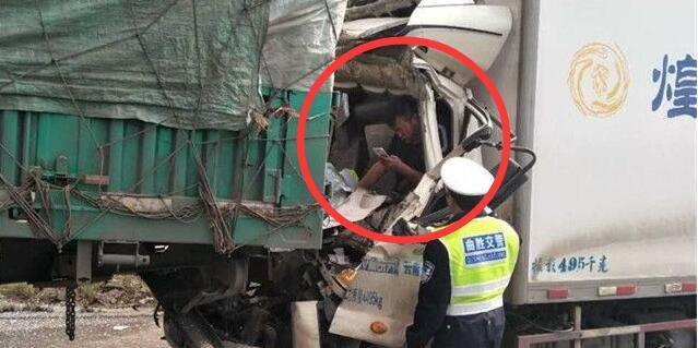 云南司机追尾被卡驾驶室 淡定玩手机等救援