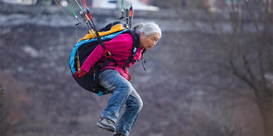吉林一老太年近古稀爱上滑翔伞 寻找飞天感觉