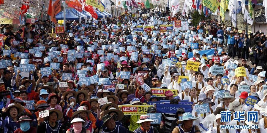 """数千名韩国民众在""""萨德""""部署地举行抗议集会"""