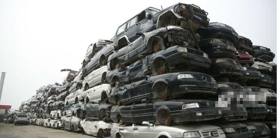济南旧车回收厂积车成山 拆一辆亏400
